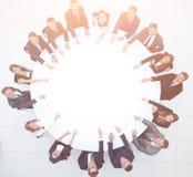 Группа в составе бизнесмены сидя на круглом столе дело Стоковые Фотографии RF