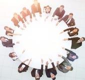 Группа в составе бизнесмены сидя на круглом столе дело Стоковое фото RF