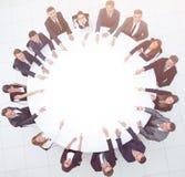 Группа в составе бизнесмены сидя на круглом столе дело Стоковая Фотография RF