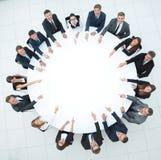 Группа в составе бизнесмены сидя на круглом столе Концепция дела Стоковые Изображения