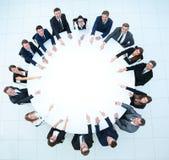 Группа в составе бизнесмены сидя на круглом столе Концепция дела Стоковое Фото