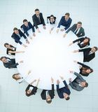 Группа в составе бизнесмены сидя на круглом столе Концепция дела Стоковое Изображение RF