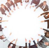 Группа в составе бизнесмены сидя на круглом столе Концепция дела стоковые фото