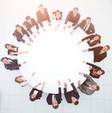 Группа в составе бизнесмены сидя на круглом столе Концепция дела Стоковая Фотография