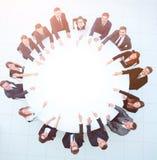 Группа в составе бизнесмены сидя на круглом столе Концепция дела Стоковые Фотографии RF