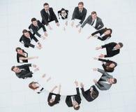 Группа в составе бизнесмены сидя на круглом столе Концепция дела стоковая фотография rf