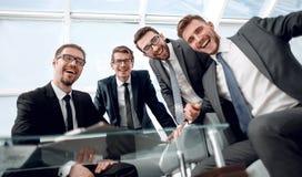 Группа в составе бизнесмены сидя на столе переговоров стоковая фотография rf