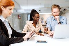 Группа в составе бизнесмены сидя на столе Стоковые Фото