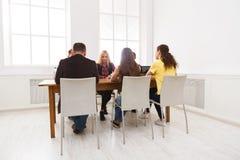 Группа в составе бизнесмены сидя в офисе Стоковое Изображение RF