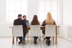 Группа в составе бизнесмены сидя в офисе Стоковое Изображение