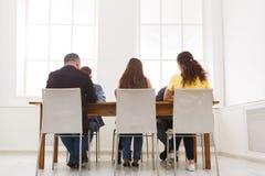 Группа в составе бизнесмены сидя в офисе Стоковое фото RF