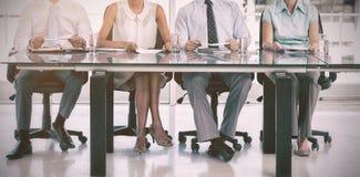 Группа в составе бизнесмены сидя на таблице Стоковое Фото