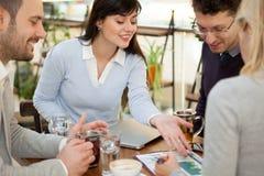 Группа в составе 4 бизнесмены собрала совместно на discu таблицы Стоковая Фотография