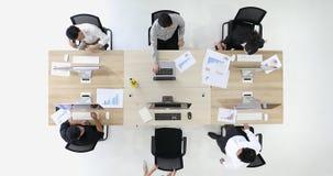 Группа в составе бизнесмены в современном офисе видеоматериал