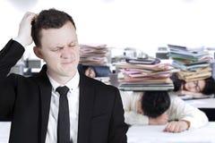 Группа в составе бизнесмены спать в офисе Стоковые Фотографии RF