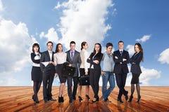 Группа в составе бизнесмены стойки под небом облаков Стоковое фото RF