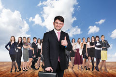 Группа в составе бизнесмены стойки под небом облаков Стоковое Изображение RF