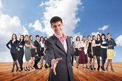 Группа в составе бизнесмены стойки под небом облаков Стоковое Фото
