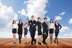Группа в составе бизнесмены стойки под небом облаков Стоковая Фотография