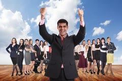 Группа в составе бизнесмены стойки под небом облаков Стоковое Изображение