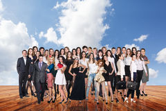 Группа в составе бизнесмены стойки под небом облаков Стоковая Фотография RF