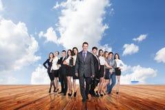 Группа в составе бизнесмены стойки под небом облаков Стоковые Фото