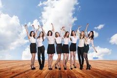 Группа в составе бизнесмены стойки под небом облаков Стоковые Изображения