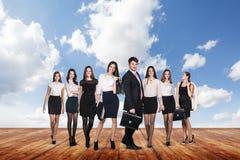 Группа в составе бизнесмены стойки под небом облаков Стоковые Изображения RF