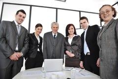 Группа в составе бизнесмены стоять стоковые фотографии rf