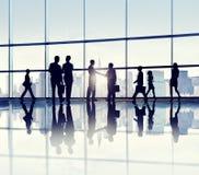Группа в составе бизнесмены стоя в офисном здании стоковые фото