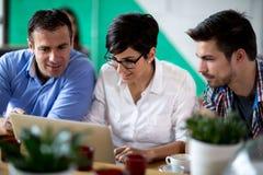 Группа в составе бизнесмены с компьтер-книжкой Стоковое Изображение RF