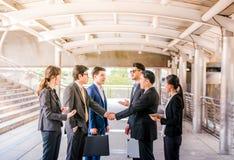 Группа в составе бизнесмены тряся руки, сыгранность заканчивающ вверх meetingpartners приветствуя один другого после подписания к стоковое изображение