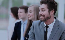Группа в составе бизнесмены усмехаясь в офисе Стоковая Фотография RF