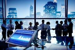 Группа в составе бизнесмены фондовой биржи обсуждения Стоковое Изображение