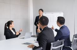 Группа в составе бизнесмены tumb вверх по рукам к диктору после встречи, представления успеха и семинара тренировать на современн стоковые фото