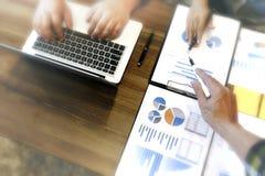 Группа в составе бизнесмен и женщина обсуждая на таблице о st Стоковая Фотография RF