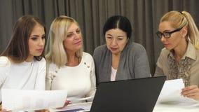 Группа в составе бизнес-леди имея встречу на зале заседаний правления видеоматериал