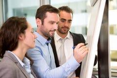 Группа в составе бизнес-партнеры работая совместно на офисе стоковая фотография rf