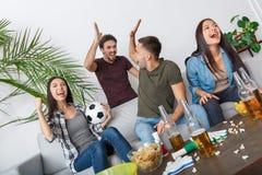 Группа в составе болельщики друзей наблюдая победу спички стоковые фотографии rf