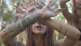 Группа в составе большие танцоры женщин с макияжем и в мистических фантастических костюмах танцуя шпунтовой танец в лесе леса акции видеоматериалы