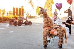 Группа в составе большое, который катят животное забавляется для ехать Обслуживание найма перехода потехи детей Рекреационная зон стоковое изображение