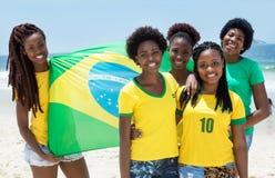 Группа в составе бразильские вентиляторы с флагом на пляже Copacabana на Рио de стоковые фотографии rf