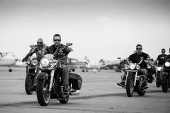 Группа в составе велосипедисты собирая на Timisoara Airshow Стоковая Фотография RF