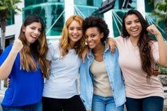 Группа в составе 4 веселя молодой женщины в городе Стоковое фото RF