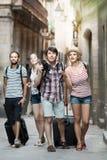 Группа в составе веселые туристы с камерой Стоковые Изображения