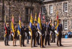 Группа в составе ветераны с флагами на шотландском национальном военном мемориале a стоковое изображение