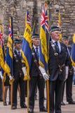 Группа в составе ветераны с флагами на шотландском национальном военном мемориале a стоковая фотография