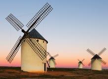 Группа в составе ветрянки на поле в восходе солнца Стоковые Фото