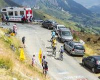 Группа в составе велосипедисты на дорогах гор - Тур-де-Франс 2015 Стоковое фото RF