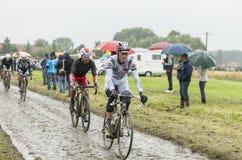 Группа в составе велосипедисты на дороге булыжника - Тур-де-Франс 2014 Стоковые Изображения